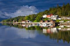 Reflexion Norwegens - Fjord Stockfoto