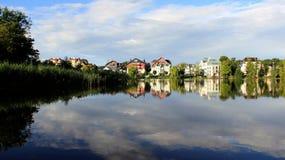 Reflexion ny luft för blå sjö med molnig himmel royaltyfria bilder