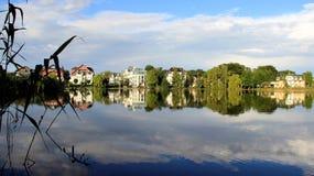 Reflexion ny luft för blå sjö och evenning ljus royaltyfri fotografi