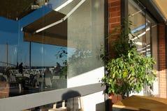 Reflexion och stordia i fönstret av en restaurang royaltyfria bilder