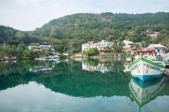 Reflexion på Barra da Lagoa Canal, Florianopolis royaltyfri foto