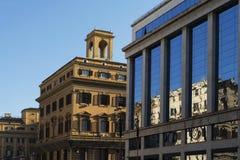 Reflexion på de glass fönstren för fasad av en byggnad Royaltyfri Fotografi