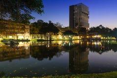 Reflexion på det Bangkok universitetet royaltyfria bilder