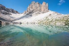 Reflexion på en blå bergsjö royaltyfria foton