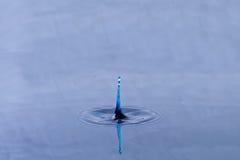 Reflexion på en isolerad droppe royaltyfri bild