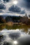 Reflexion på floden på en molnig dag Royaltyfria Bilder