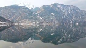 Reflexion på Hallstattersee sjön, Hallstatt, Österrike lager videofilmer
