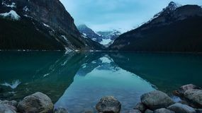 Reflexion på lugna vattnet av Lake Louise Arkivbild