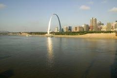 Reflexion på nyckelbågen (nyckel till det västra) och horisont av St Louis, Missouri på soluppgång från östliga St Louis, Illinoi arkivfoto