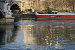 Reflexion på Rhone River, i det Lyon centret Arkivfoto