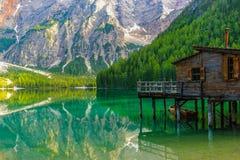 Reflexion på vatten av den underbara sjön Braies, italienska fjällängar Royaltyfri Bild