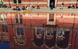 Reflexion på vattenyttersidan av dammet på trädgården av Victoria och Albert Museum royaltyfria bilder