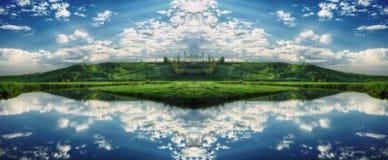 Reflexion Pittoresk reflexion av träd i floden Royaltyfria Bilder