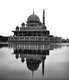 Reflexion in Schwarzweiss von Putra-Moschee in Putrajaya, Mala Lizenzfreie Stockbilder