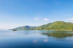 Reflexion und Berg des blauen Himmels Lizenzfreie Stockbilder