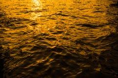 Reflexion und raue Welle auf dem Meer bei Sonnenuntergang stockfoto
