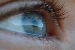 Reflexion vom Elbrus in einem blauen menschlichen Auge lizenzfreies stockbild