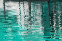 Reflexion von ein Pier im Wasser von See Lizenzfreie Stockfotos