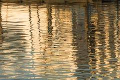 Reflexion von ein Pier im Wasser von See Stockfotos