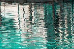 Reflexion von ein Pier im Wasser von See Lizenzfreies Stockfoto