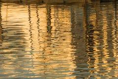 Reflexion von ein Pier im Wasser von See Stockfotografie