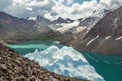 Reflexion von Bergen im ruhigen Wasser von See Stockfotos