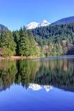Reflexion von Bergen und von Wald im Alice See stockfoto