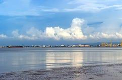 Reflexion von bewölktem im Ozean über Stadt lizenzfreies stockbild