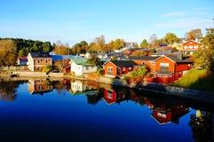 Reflexion von bunten Häusern Stockbilder