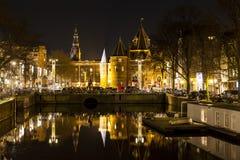 Reflexion von De Waag auf dem Nieuwmarkt-Quadrat in Amsterdam Stockfotografie