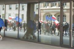 Reflexion von den protestersProtesters reflektiert im Shop Windows Lizenzfreies Stockbild