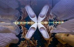 Reflexion von die Hochzeits-Schuhen der Braut Stockfotos