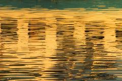 Reflexion von Fenstern im Wasser von See Stockfotos