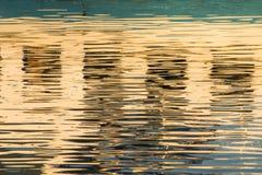 Reflexion von Fenstern im Wasser von See Stockfotografie