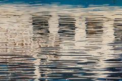 Reflexion von Fenstern im Wasser von See Lizenzfreie Stockfotografie