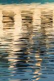 Reflexion von Fenstern im Wasser von See Stockbilder