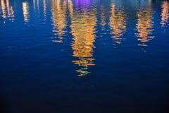 Reflexion von Gebäuden am Wasserabend lizenzfreies stockbild
