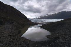 Reflexion von Glazial- Zunge Flaajokull in Island Lizenzfreie Stockbilder