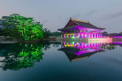 Reflexion von Gyeongbokgungs-Palast nachts in Seoul, Süd-Kore lizenzfreies stockbild