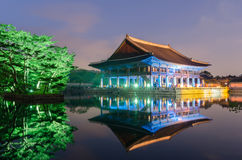 Reflexion von Gyeongbokgungs-Palast nachts in Seoul, Süd-Kore lizenzfreie stockfotografie