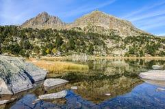 Reflexion von im ersten See von Pessons, Andorra Lizenzfreies Stockbild