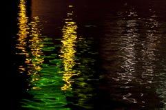 Reflexion von Lichtern auf dem Wasser stockfoto