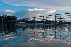 Reflexion von malerischen und coloful Wolken in einem Wasser von Ada See, Belgrad Lizenzfreies Stockbild