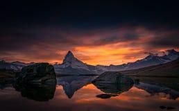 Reflexion von Matterhorn im Gebirgssee, Zermatt, Schweiz stockfotos