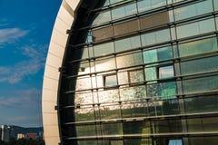 Reflexion von Meer in der Fassade des Bahnhofs in Adler Stockfoto