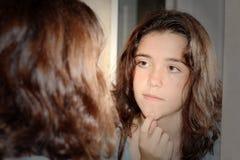 Reflexion von mir Spiegel Pimple Stockfotos