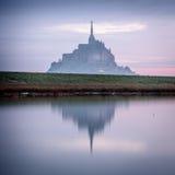 Reflexion von Mont-Heiligem Michel stockfotos