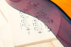 Reflexion von Musikanmerkungen in einer klassischen Gitarre stockbilder