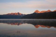 Reflexion von Sägezahn-Bergen bei Sonnenaufgang auf Redfish See, Idaho lizenzfreie stockfotos