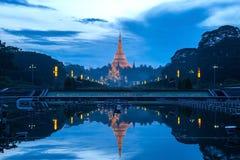 Reflexion von Shwedagon-pagonda Stockfotografie